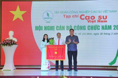 Ông Võ Sỹ Lực – Phó Bí thư Đảng ủy, Chủ tịch HĐTV VRG trao Cờ thi đua xuất sắc cho Tạp chí