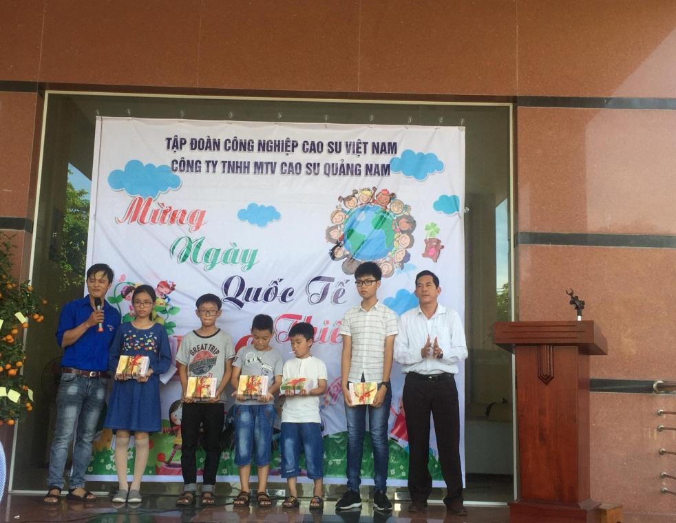 Đồng chí Trương Thu - Tổng Giám đốc phát thưởng cho các cháu